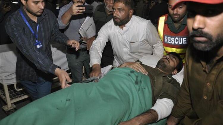 Pakistan'da cemaat toplantısına canlı bomba saldırısı: 8 ölü