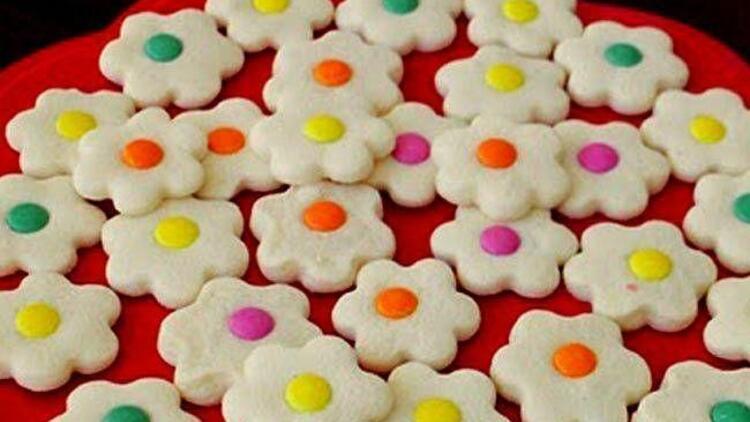 Renkli drajeli çiçek kurabiye tarifi