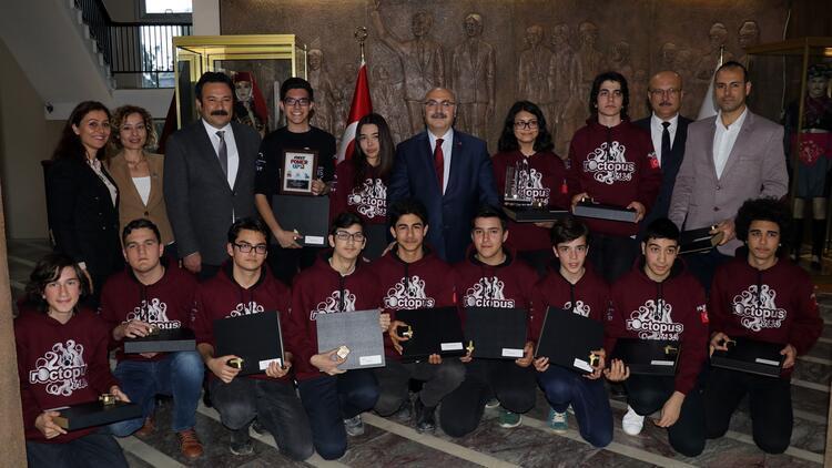 Liselilerin ödüllü 'defans robotu' ABD yolcusu