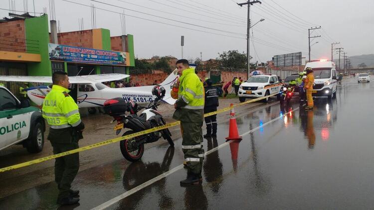 Yağmur şiddetlendi... Kolombiya'da uçak yola indi
