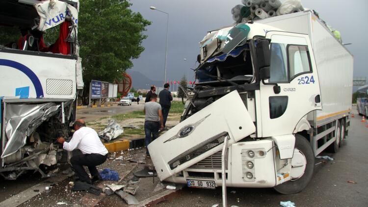 Kamyon yolcu otobüsüne çarptı: Çok sayıda yaralı var