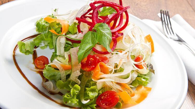 Marul, havuç ve turplu karışık salata tarifi