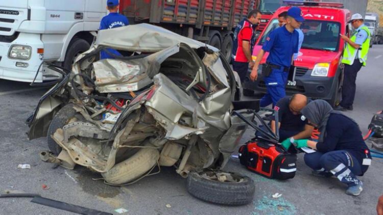 Kamyonet ile otomobil çarpıştı: 1 ölü, 3 yaralı