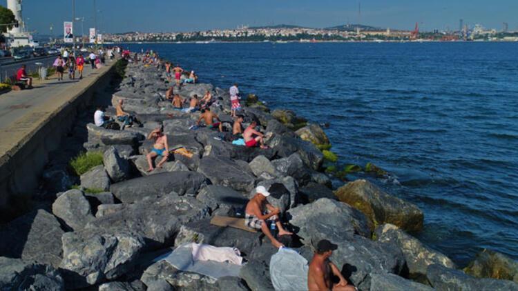 Plaja döndü! Taşların üstünde güneşlendiler