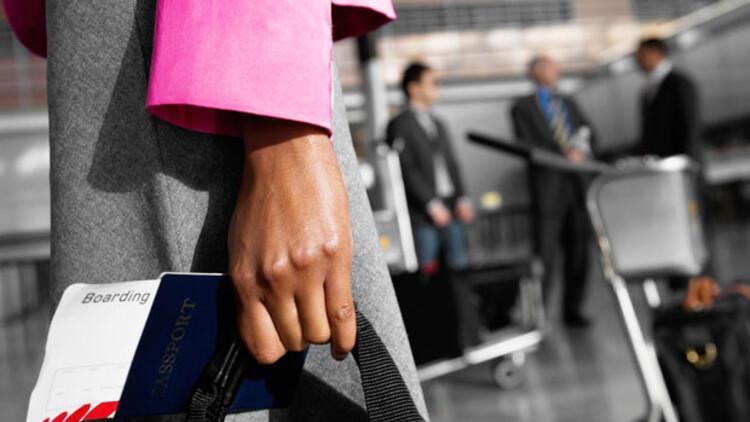 İngiltere'de pasaport kuyruğu bekleyenler, treni kaçırıyor