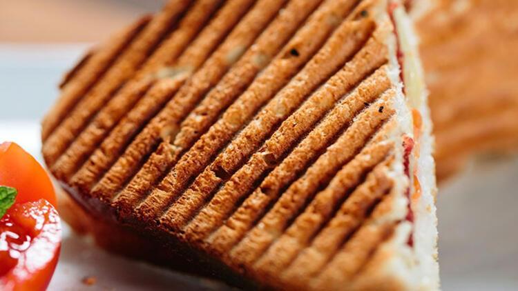 Domatesli pastırmalı tost tarifi
