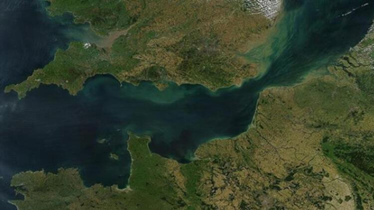 Atlas Okyanusu'na Manş Denizi'ne Akdeniz'e kıyısı olan tek ülke hangisidir?