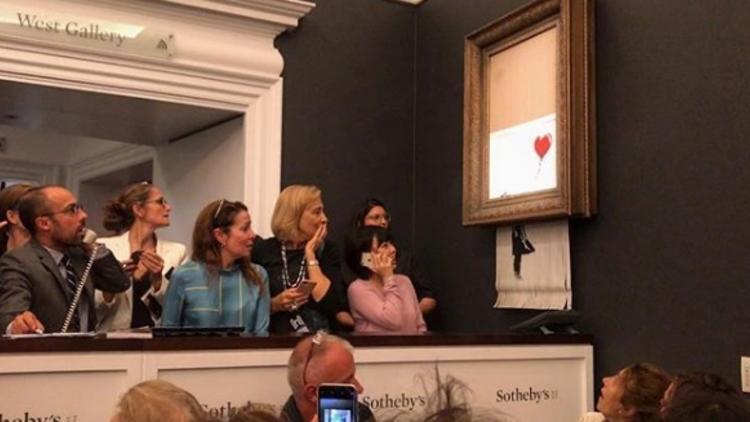 Banksy'nin Kırmızı Balonlu Kız eseri kendini öğütmesine rağmen satıldı