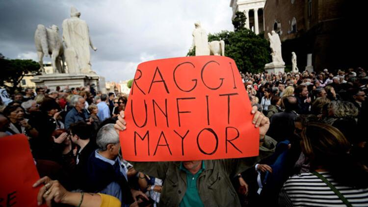 Roma isyan etti: 'Raggi, bir gün bu çukurlardan biri seni de yutacak'