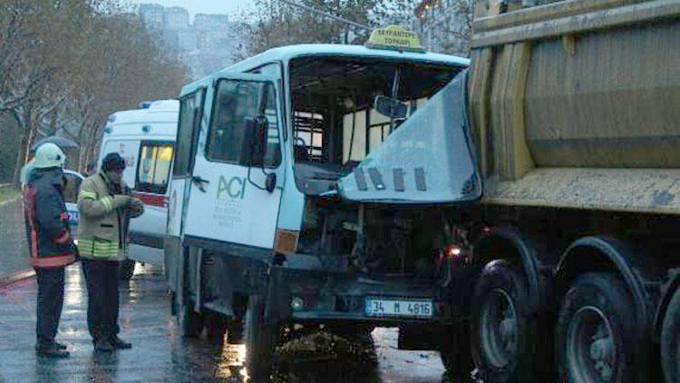 Minibüs hafriyat kamyonuyla çarptı: 2 yaralı