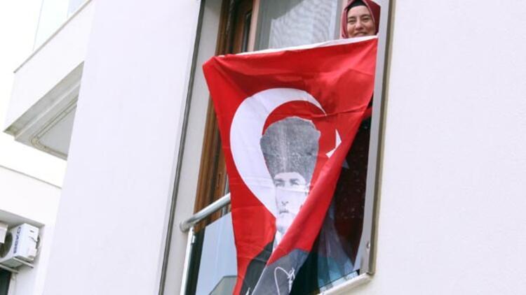Haberi alır almaz Türk bayrağını astı: Teröristin ölümü bayramımız oldu