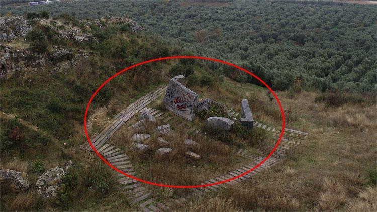 5 metrelik kral mezarı parçalandı, çöplüğe döndü