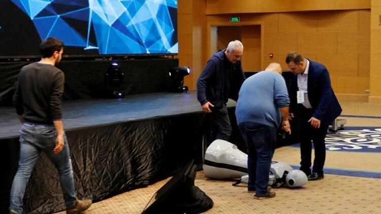 İnsansı robot müziğin ritmine kapılıp sahnede düştü