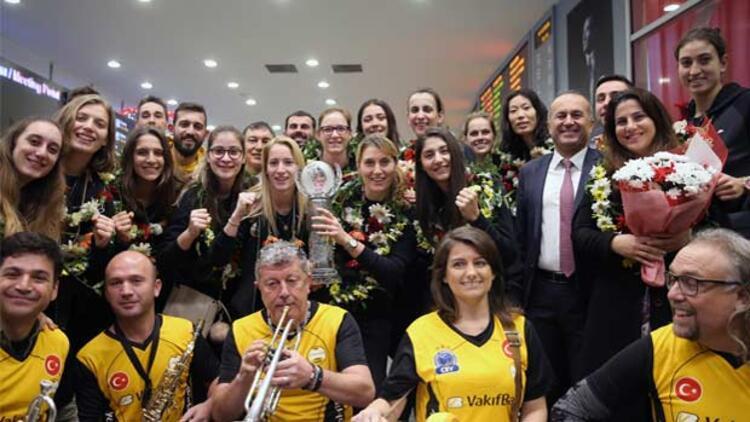 Dünya şampiyonu VakıfBank coşkuyla karşılandı