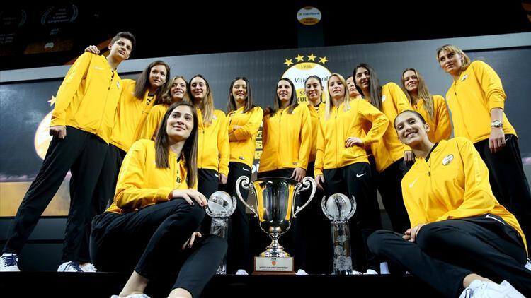 VakıfBank'ın şampiyonluk kupası yönetim kuruluna takdim edildi