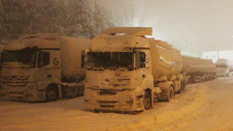 Bolu'da yoğun kar yağışı... Tırların geçişine izin verilmiyor