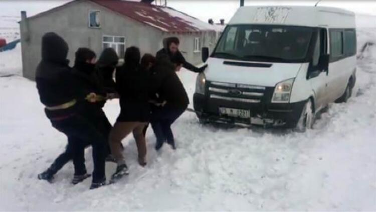 Kar fırtınasında mahsur kalan 552 kişi, iş makineleriyle kurtarıldı