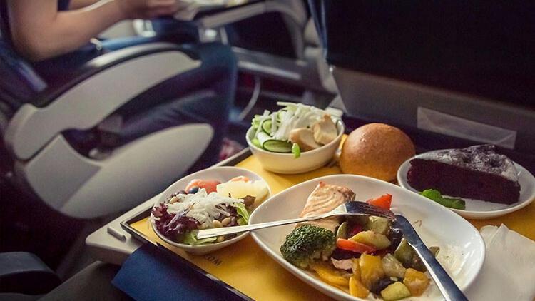 Neden uçakta yediğimiz yiyecekler daha tatsız gelir?