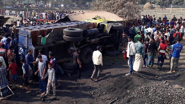 Bangladeş'te kamyon işçi barakasına daldı, çok sayıda ölü var