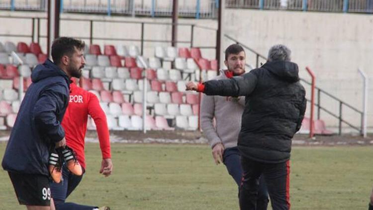 Futbolcular rakip teknik direktöre saldırdı