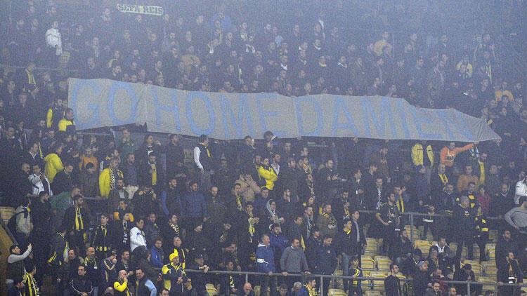 Tribünlerde 'Go Home Damien' pankartı