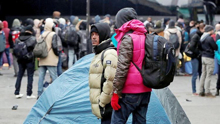 Soğukta sokakta kalan mültecilere açılan spor salonuna mahalleli kilit vurdu
