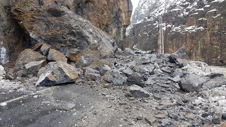 Hakkari-Çukurca karayolu dev kayalar düştü