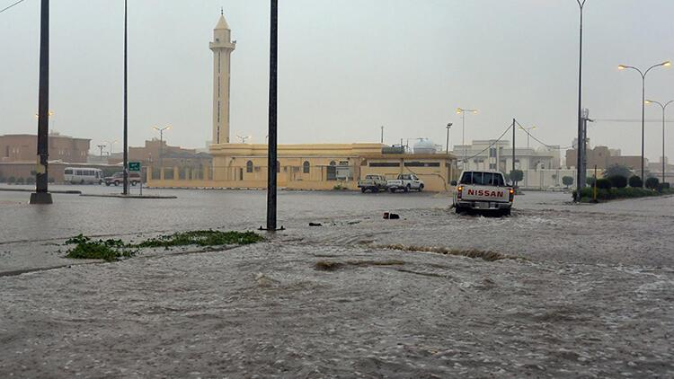 Suudi Arabistan'da sel 12 can aldı