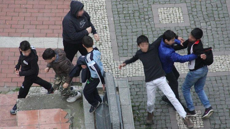 Parkta akılalmaz kavga! Küçük çocuklar birbirine girdi…