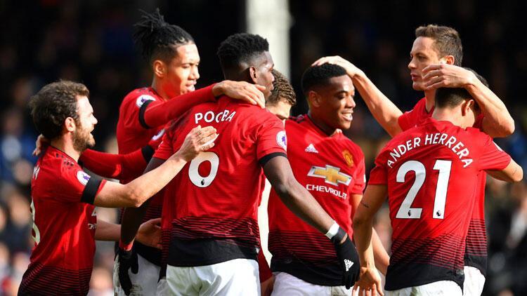 Manchester United ezip geçiyor