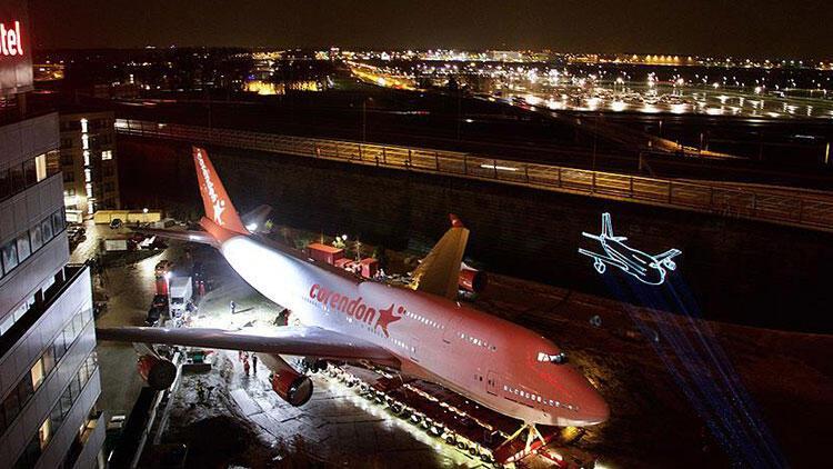 Hollanda'da otel bahçesine konulacak uçağın transferi tamamlandı
