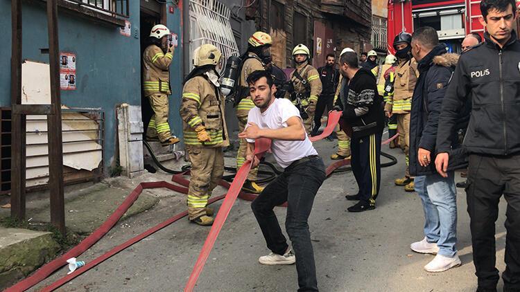 Beyoğlu'nda korkutan yangın! İtfaiye araçları dar sokağa giremedi