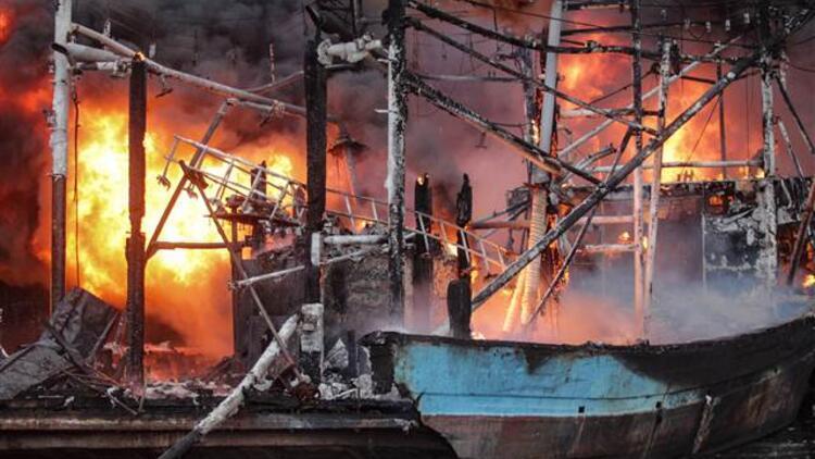 Son dakika... Endonezya'da 18 balıkçı teknesi yandı