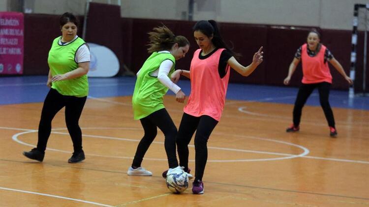 'Topuklu Kramponlar Futbol Turnuvası' için sahaya çıkan kadınlar göz doldurdu!