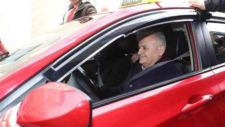 Binali Yıldırım Şile'de taksi durağında çalan telefona baktı, taksi kullandı