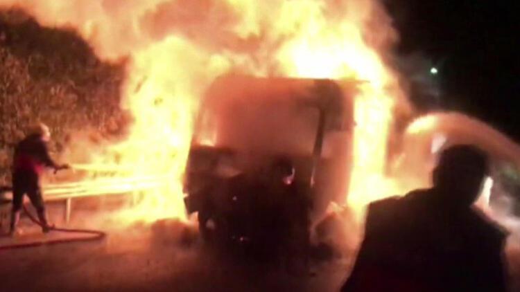 Mersin'de yem yüklü TIR alev alev yandı