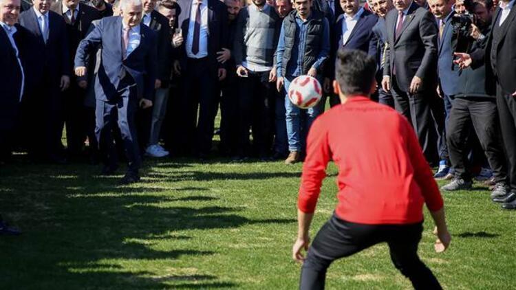 Binali Yıldırım, Karagümrük Spor Kulübü'nü ziyaret etti
