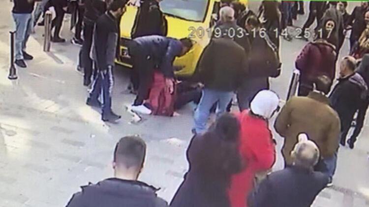 Taksim'de yürüyen turist kadına taksi çarptı