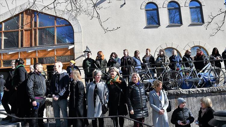 İsveçlilerden namaz kılan Müslümanlar için insan zinciri