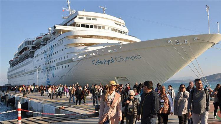 Kuşadası'na gemiyle 475 yolcu geldi