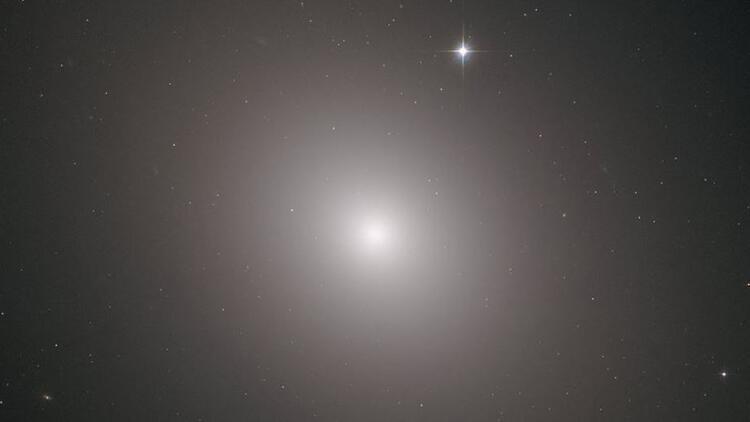 Hubble Teleskobu 'Messier 49 Galaksisi'ni fotoğrafladı