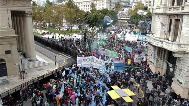 Arjantin'de halk sokaklarda: 39 gözaltı