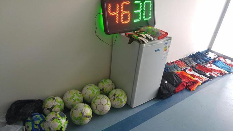 Takımın formalarını ve kramponlarını çalan çocuklar maç yaparken yakalandı! Futbolcular şokta...