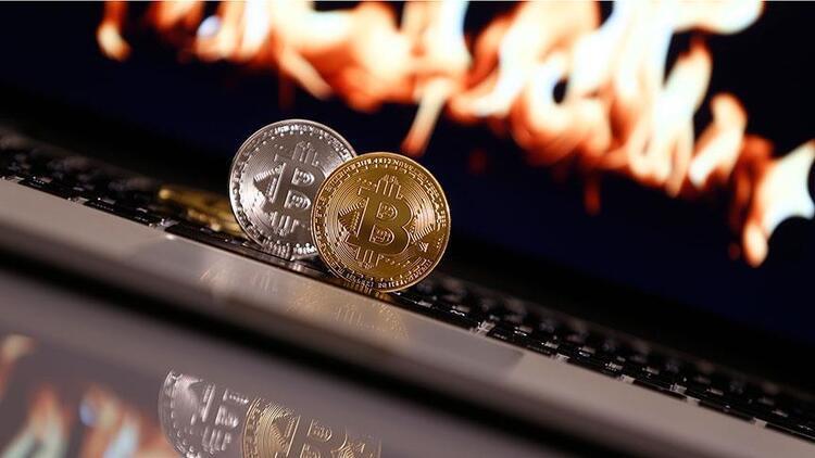 Bitcoin 7,961 dolara döndü