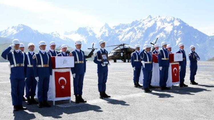 Hakkari'de şehit askerler için tören