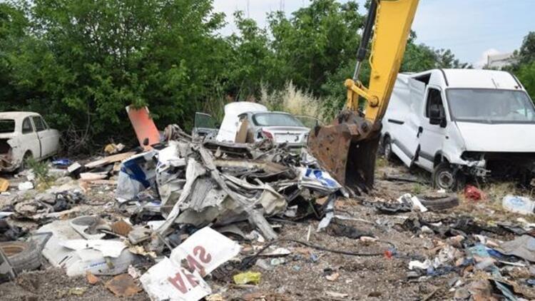 Park halindeki araçları ezip TIR'a yükleyen 3 kişi yakalandı