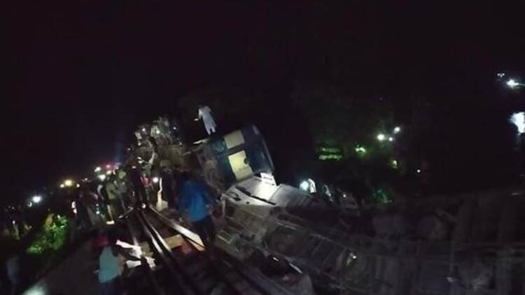 Bangladeş'te yolcu treni nehre düştü: Çok sayıda ölü var...