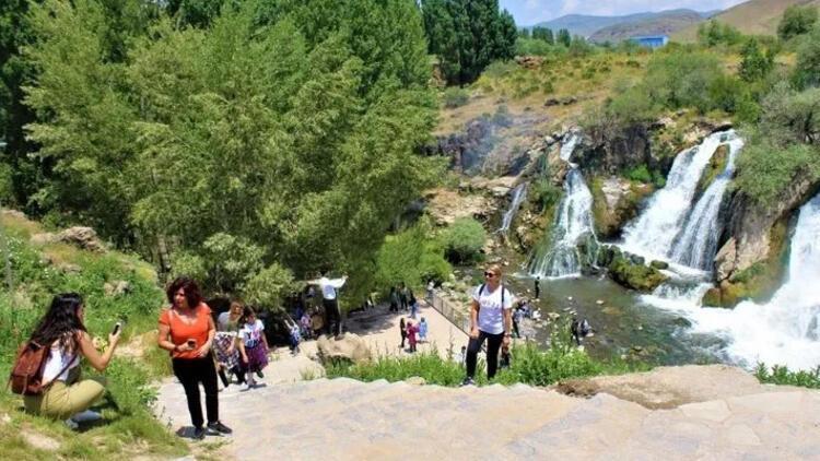 Muradiye Şelalesine ziyaretçi yoğunluğu
