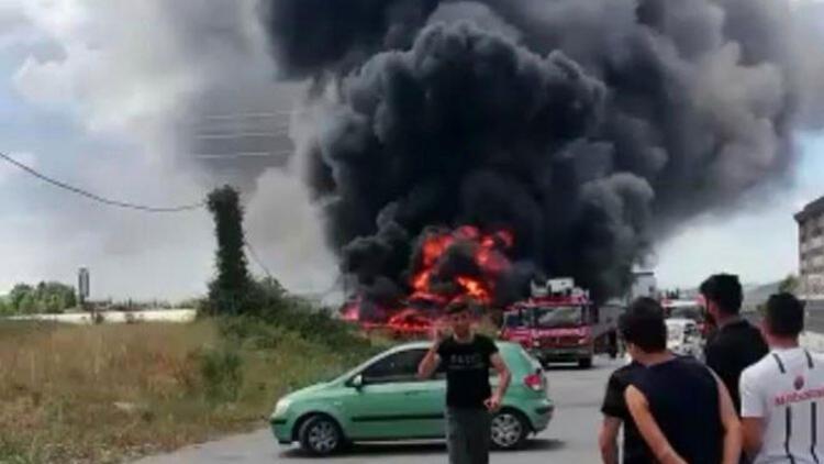 Tuzla'da boş arazideki teknelerde yangın