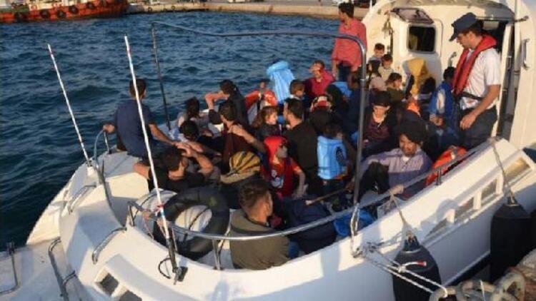 Foça'da botla denizde sürüklenen kaçak göçmenler kurtarıldı